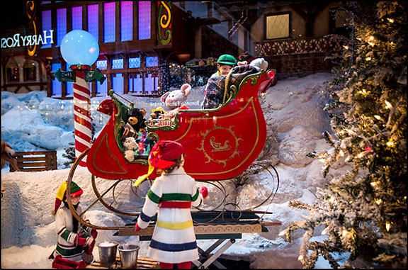 Christmas In Toronto Canada.Hudson S Bay S Animated Christmas Windows Queen St W At