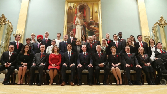 Canada's new Prime Minister Justin Trudeau (bottom row C) poses with his cabinet after their swearing-in ceremony at Rideau Hall in Ottawa November 4, 2015. REUTERS/Chris Wattie - RTX1URF7