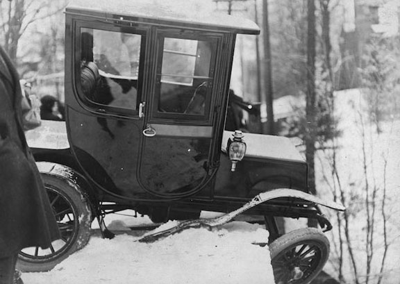 Electric automobile in accident on Glen Road Bridge. - [1912]